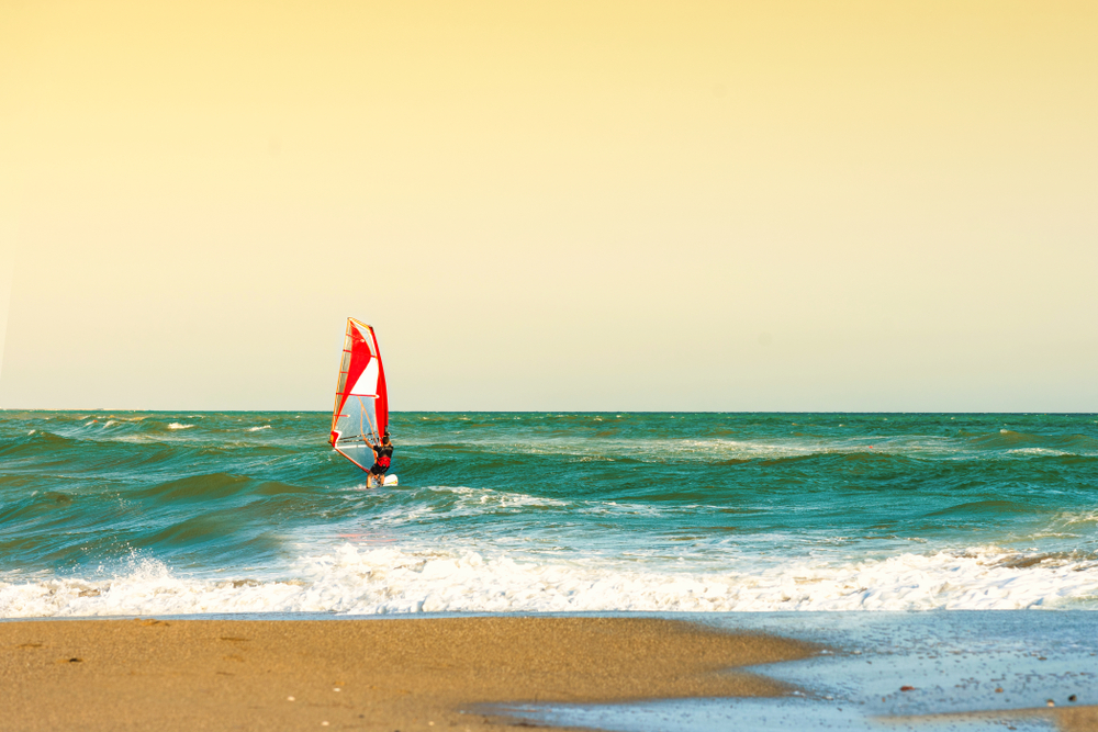 Виндсерфер на пляже Амудары