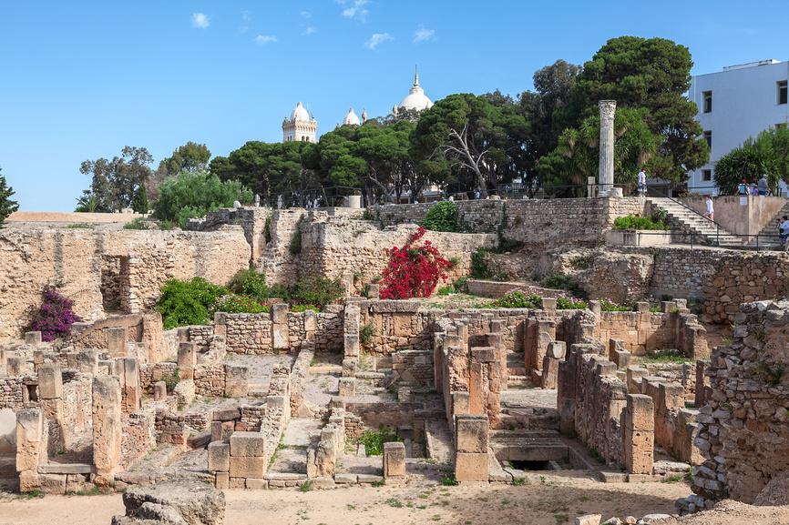 Вид на античные руины в сторону собора святого Людовика в Карфагене, Тунис