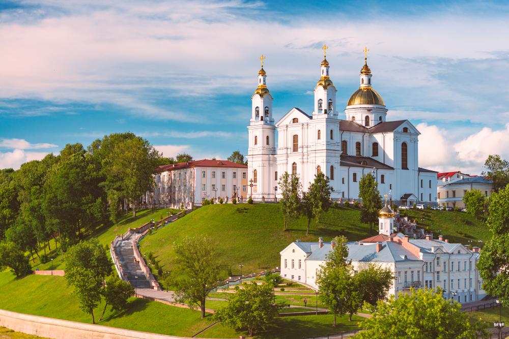 Вид на Успенский собор и Свято-Духов женский монастырь