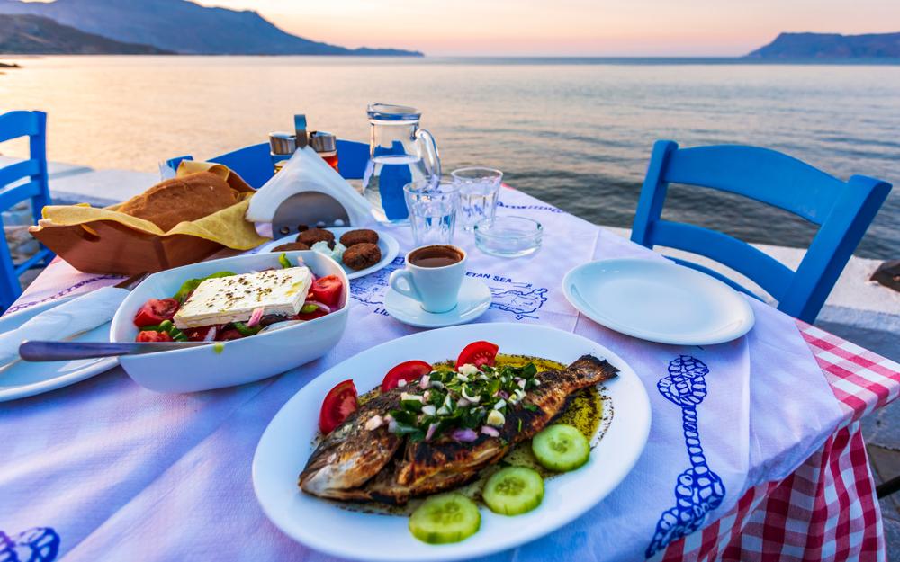 Жареная дорада с овощами и греческий салат с сыром