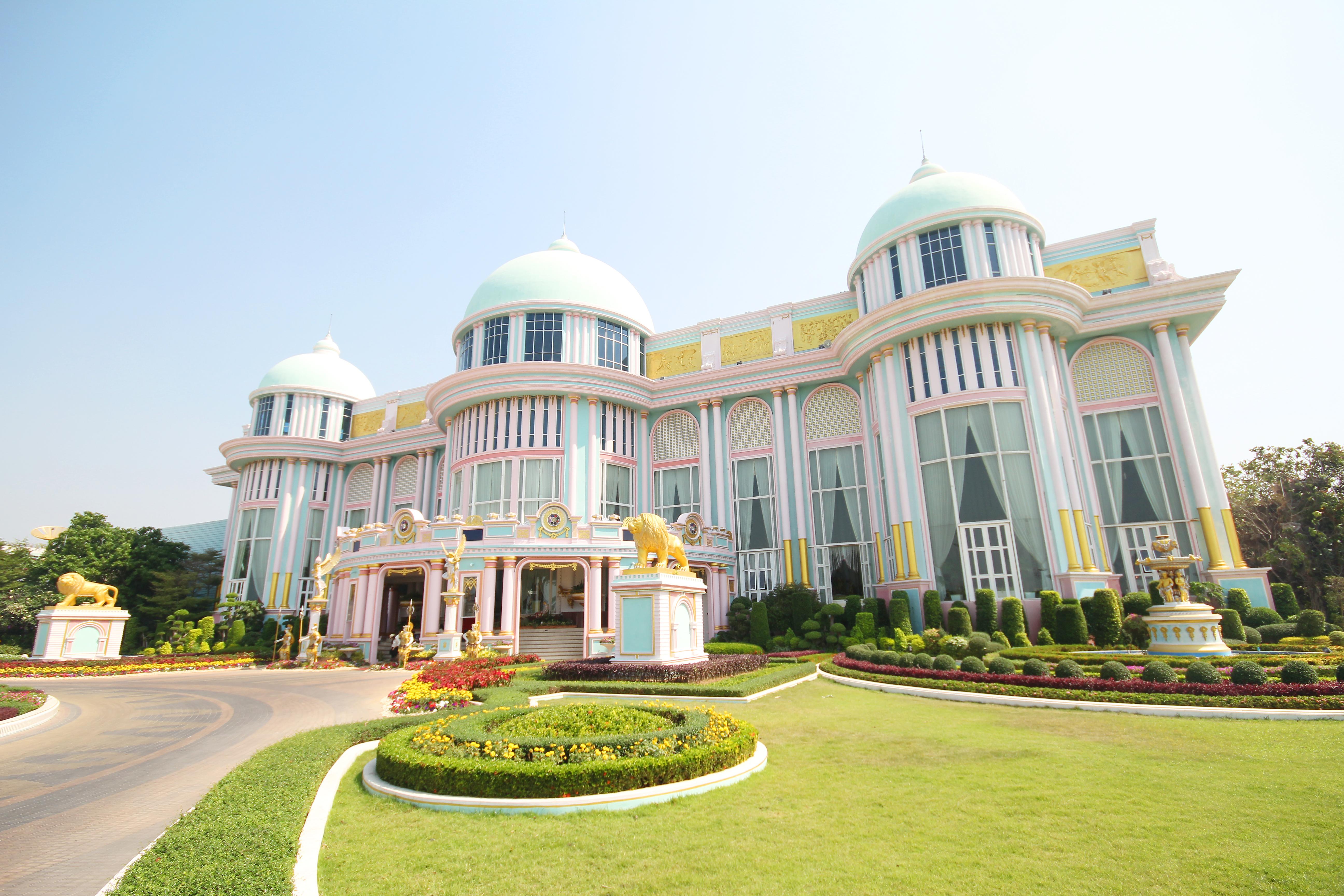 Баан Сукхавади - Дворец куриного короля