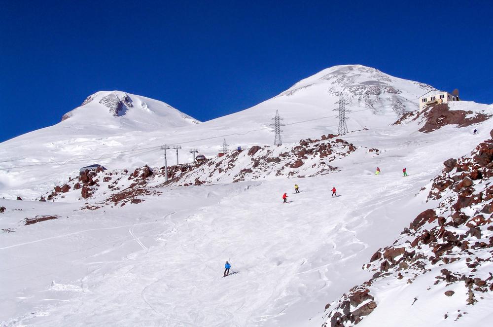 Лыжники на трассе в Приэльбрусье