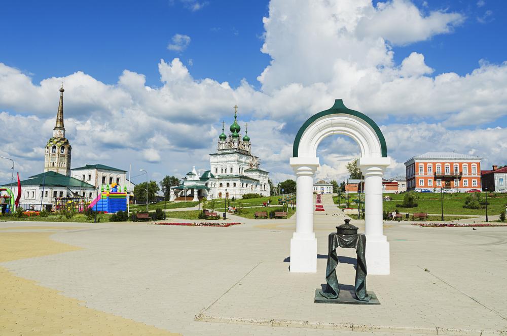 Соборная площадь, на переднем плане скульптура «Хлеб-соль»