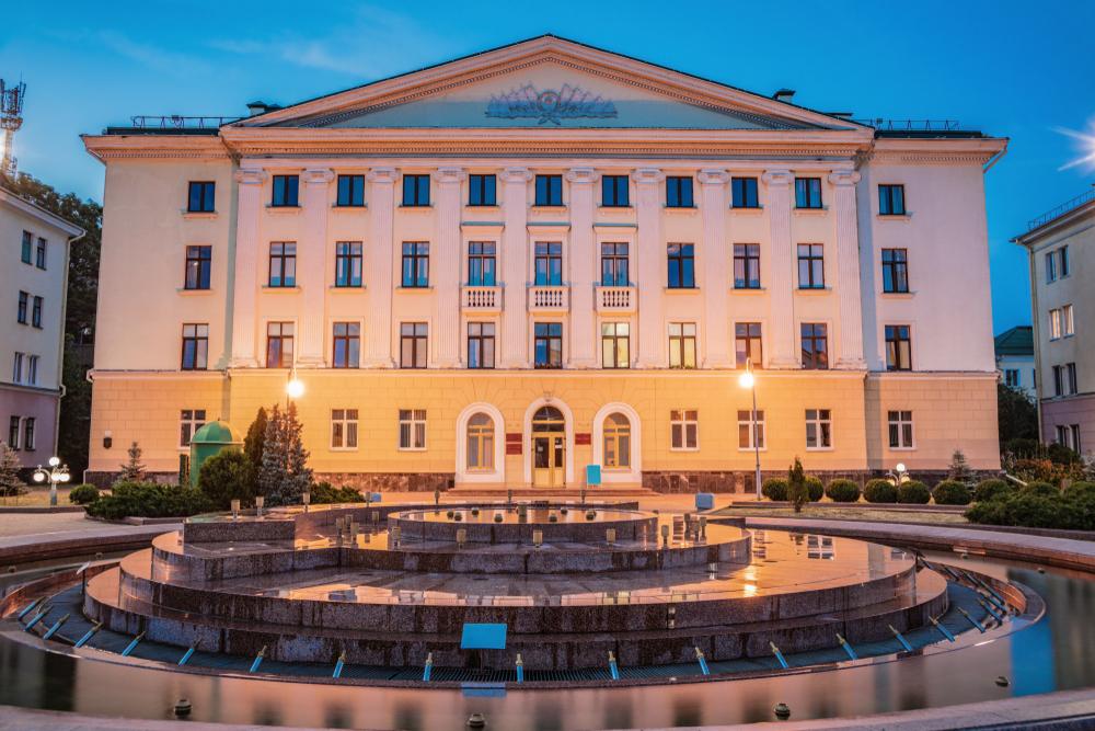 Фонтан и дом на площади Ленина