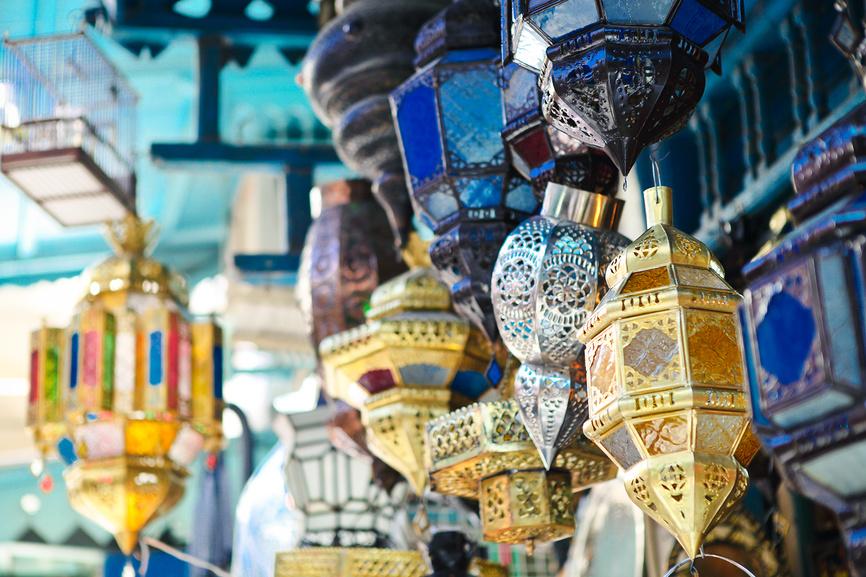 Традиционные лампы в магазине в медине, Тунис