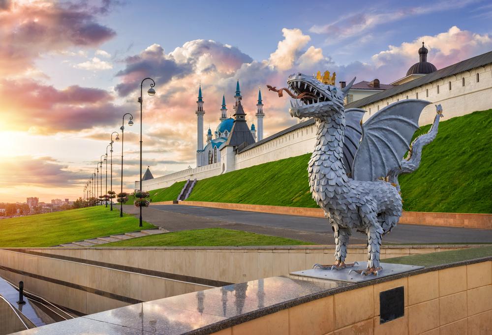 Кремлёвская набережная, на переднем плане – фигурка зиланта