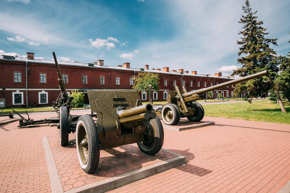 Старые пушки в мемориальном комплексе