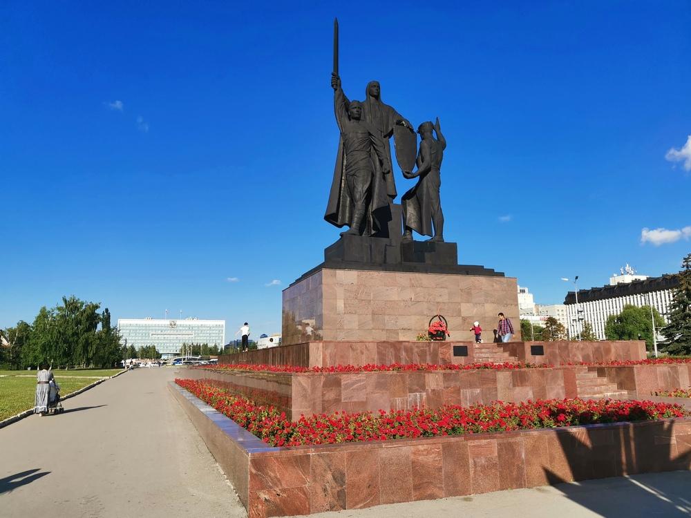 Памятник героям фронта и тыла на эспланаде