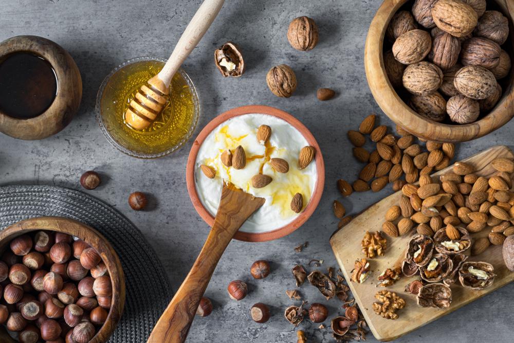 Мед, разные виды орехов и греческий йогурт