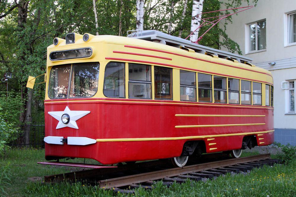Трамвай-памятник у здания департамента транспорта