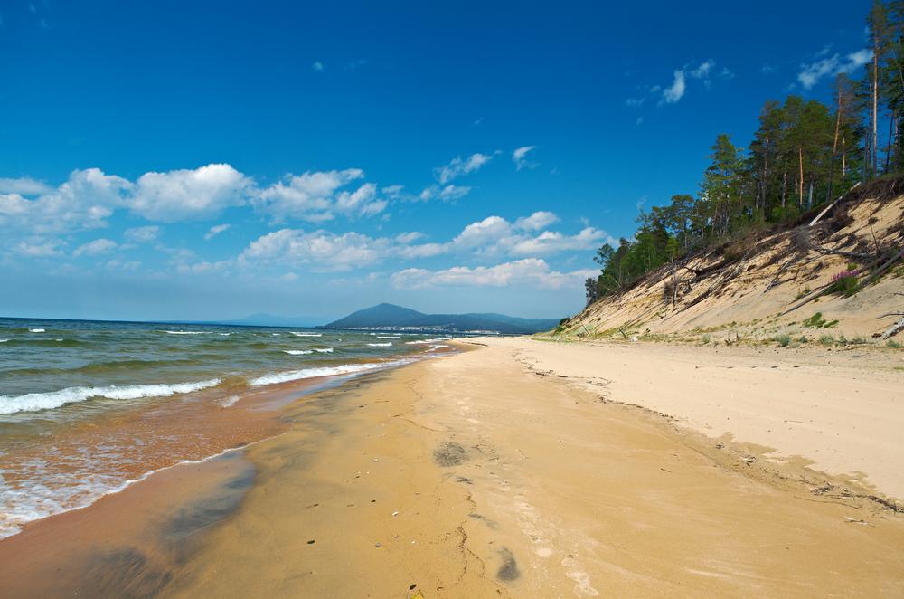 Песчаный пляж на Байкале