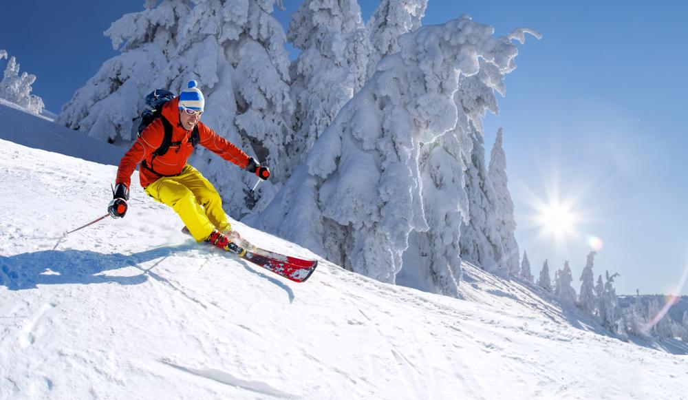 Лыжник на склоне горы в Абзаково