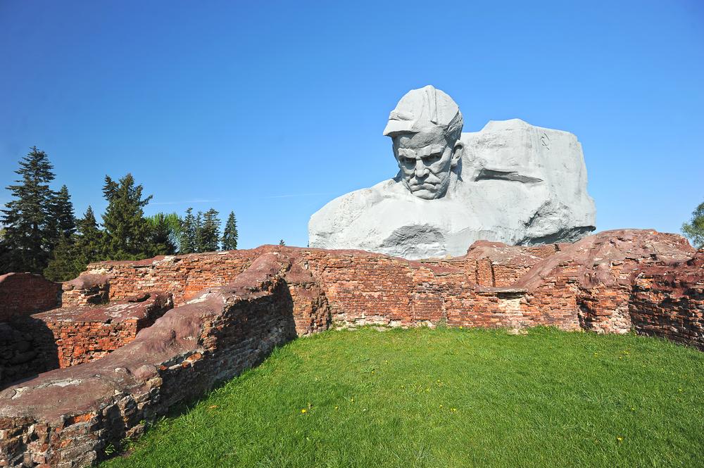 Руины Брестской крепости и главный ее монумент «Мужество»