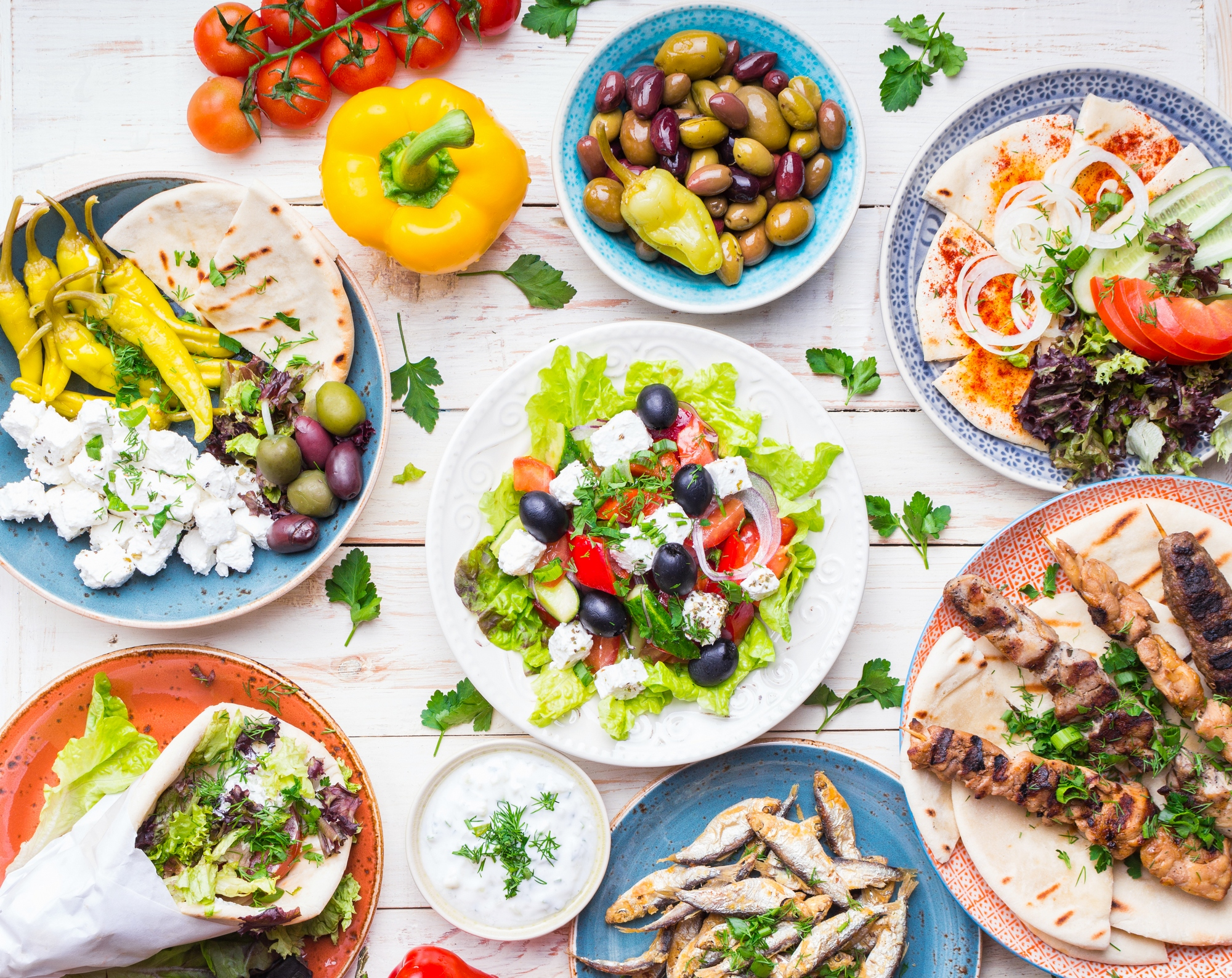 Типичные блюда критской кухни: оливки, сыр, греческий салат, гирос, бараньи шашлыки, жареная рыба, разные пирожки