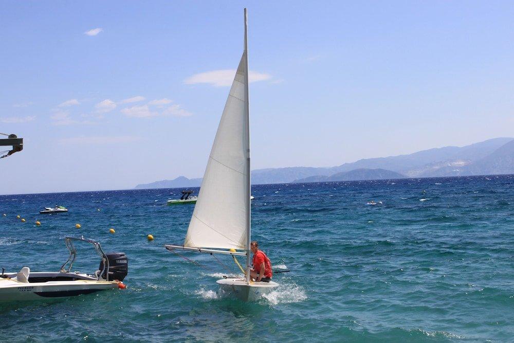 Маленькая яхта взаливе укурорта Айос-Николаос