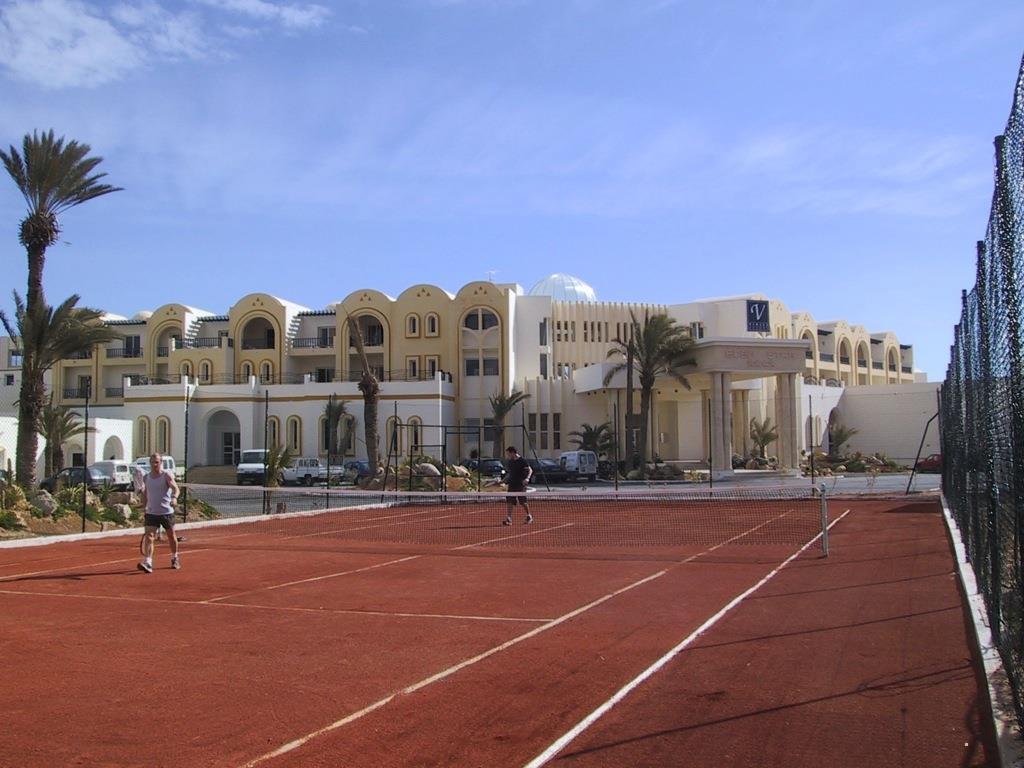 Теннисный корт. Зарзис, Тунис.