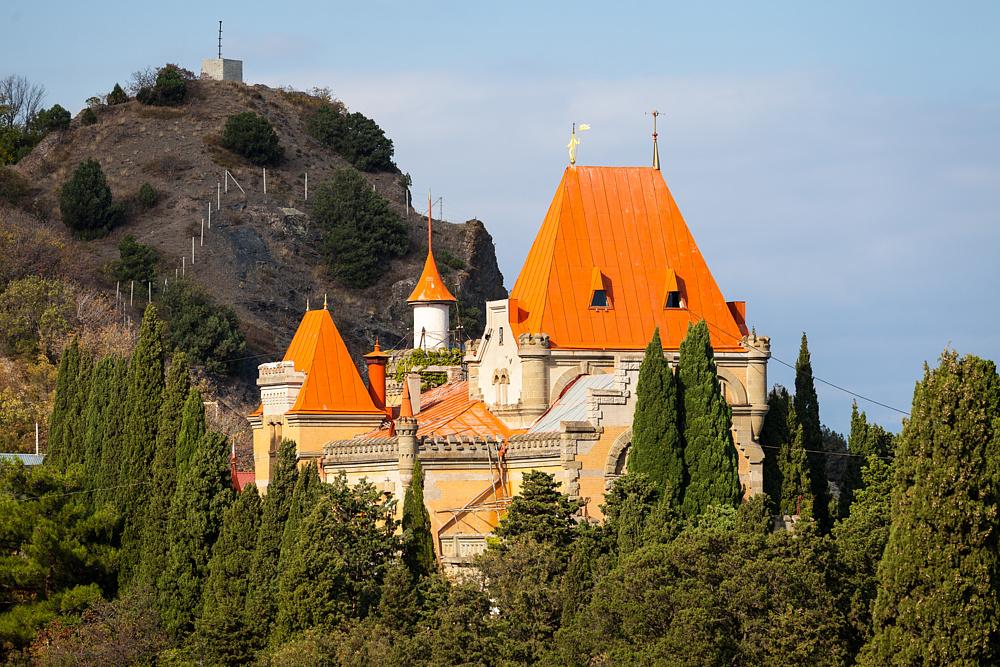 Вид на Дворец княгини Гагариной, расположенный на мысе Плака, село Утёс, Алушта, Крым