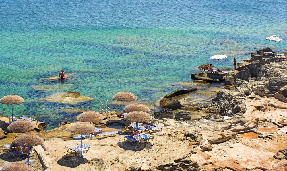 Пляж в Калитее в июле. Родос, Греция.