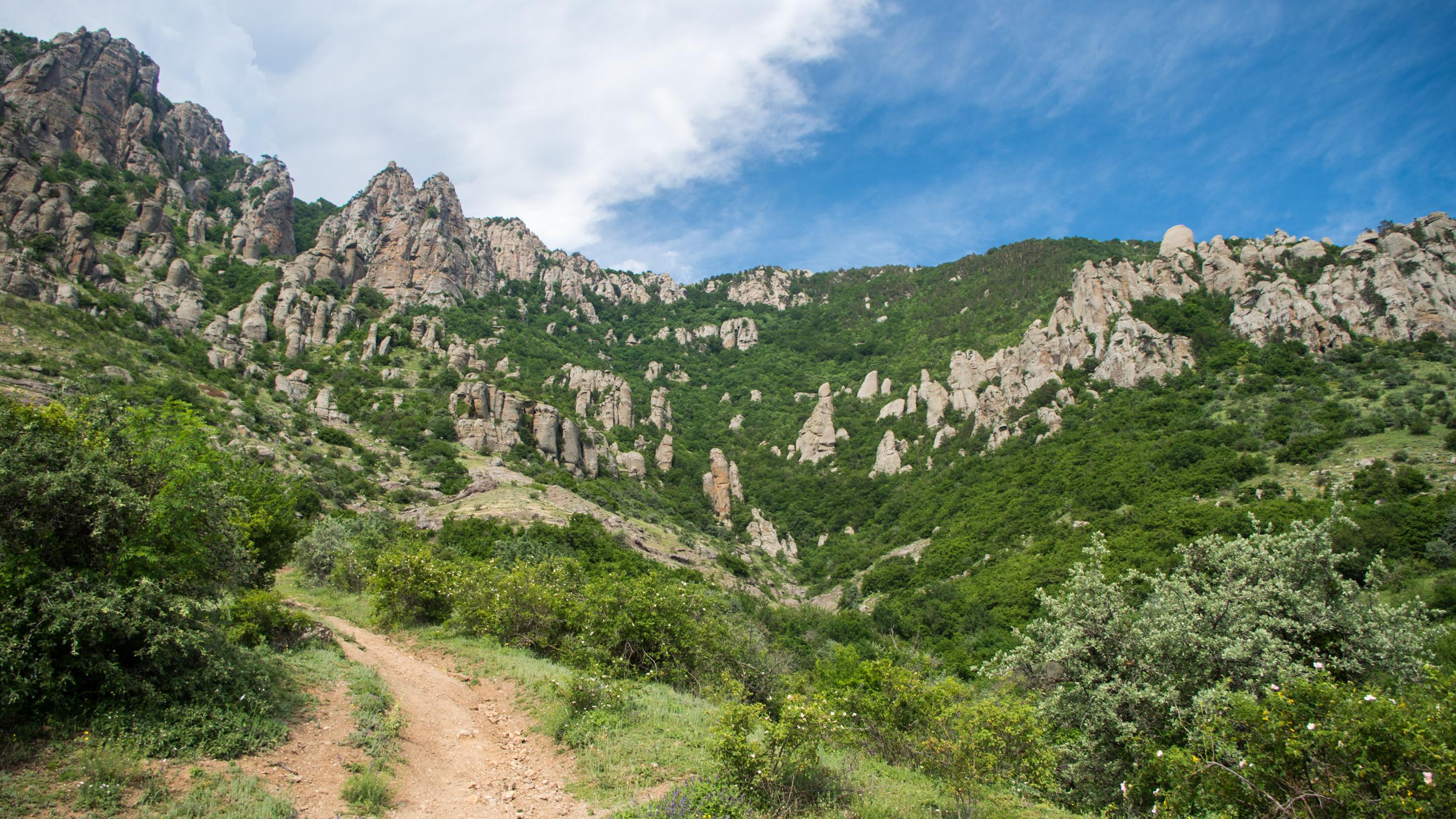 Долина привидений на склоне горы Демерджи, окрестности Алушты, Крым