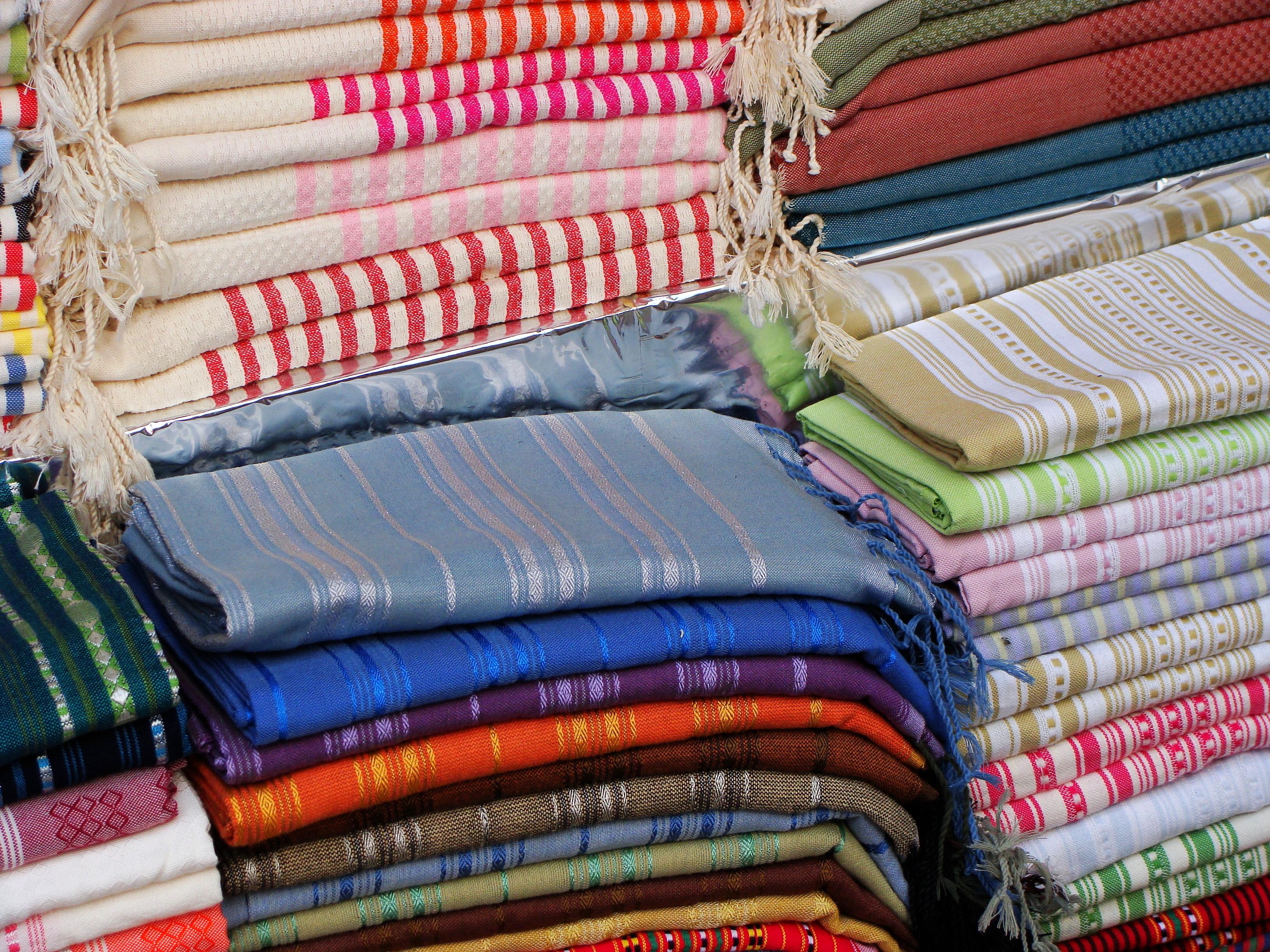 Шелковые палантины на рынке в медине. Махдия, Тунис. title=