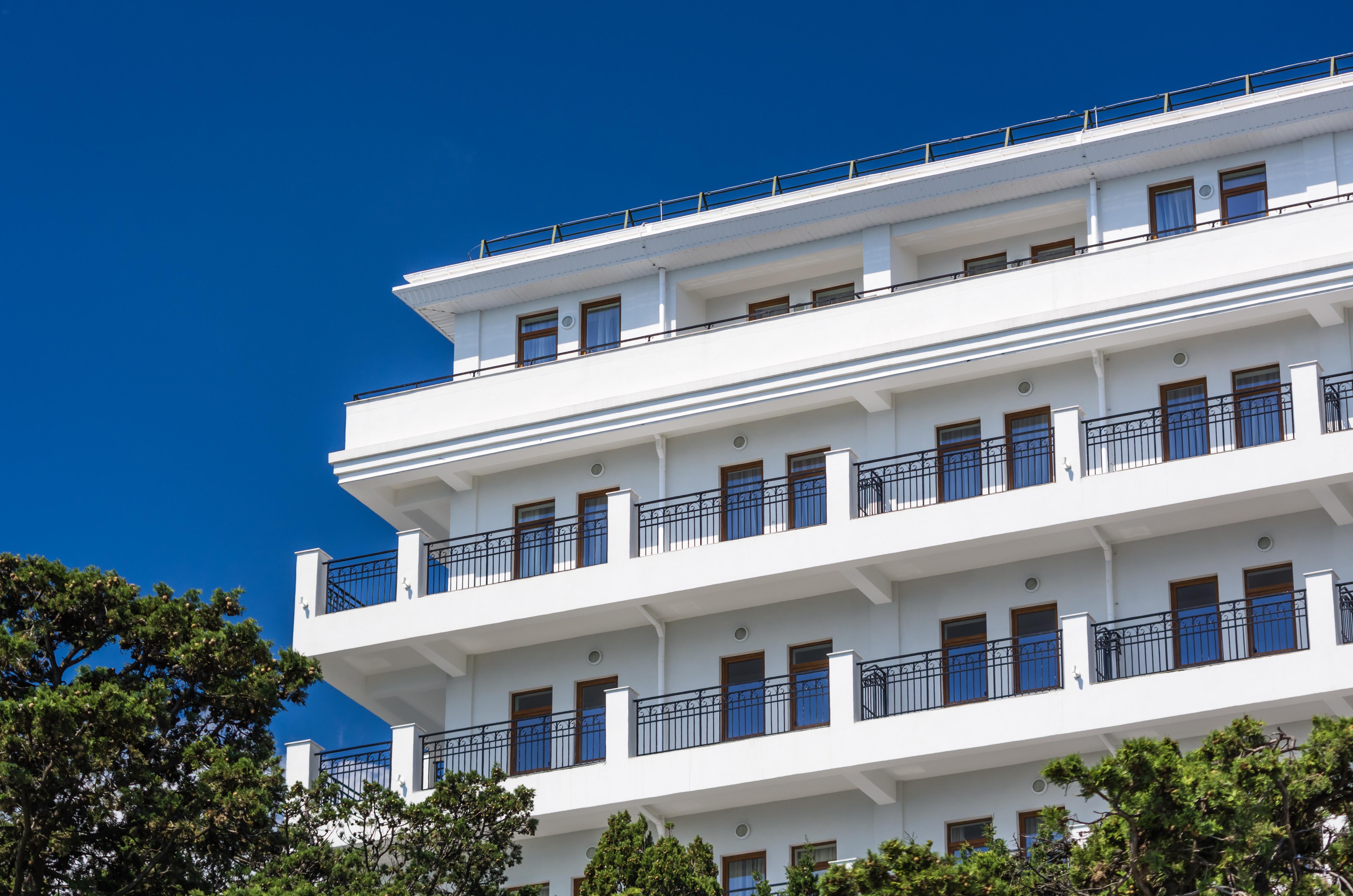 Вид на современный отель в Алуште, Крым