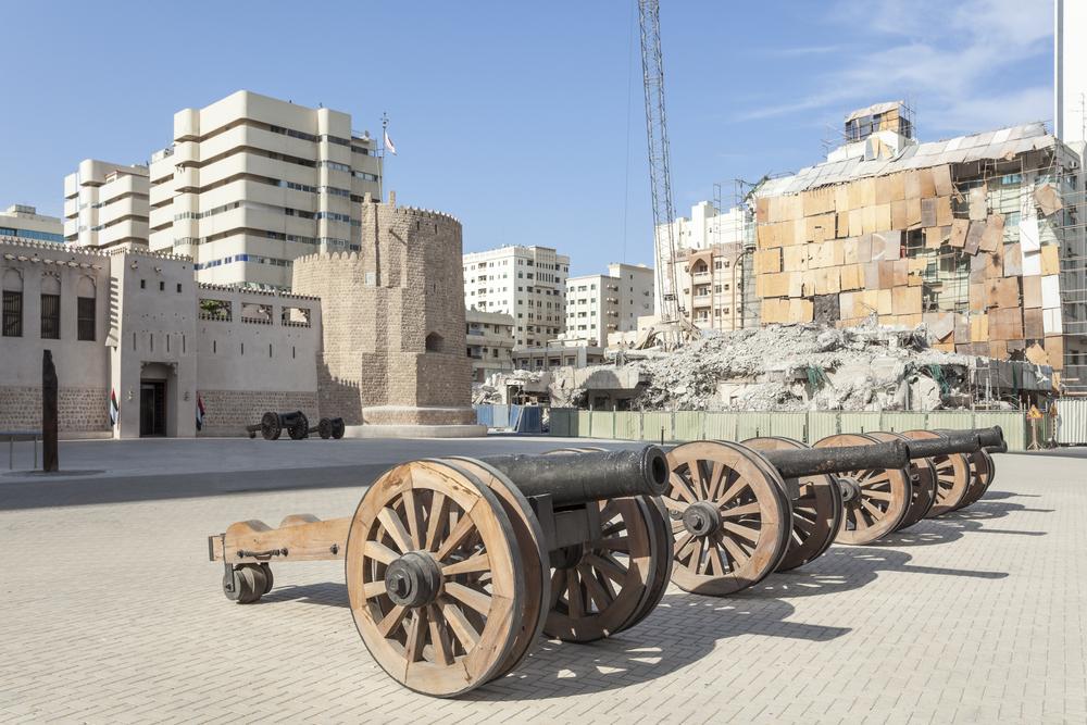 Старинные пушки у форта Аль-Хисн. Шарджа, ОАЭ.