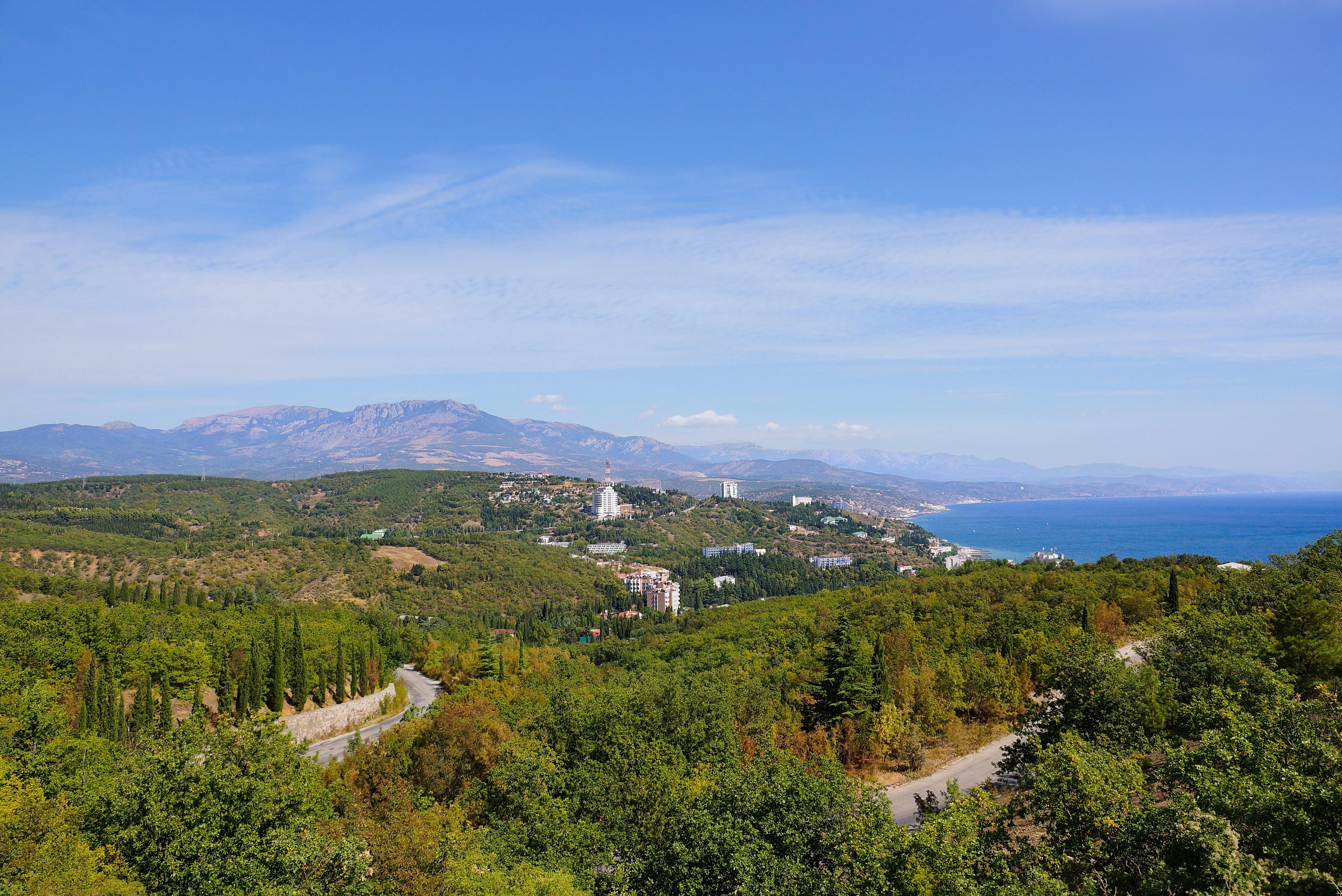 Вид на Алушту и побережье Черного моря с горы Демерджи, Крым