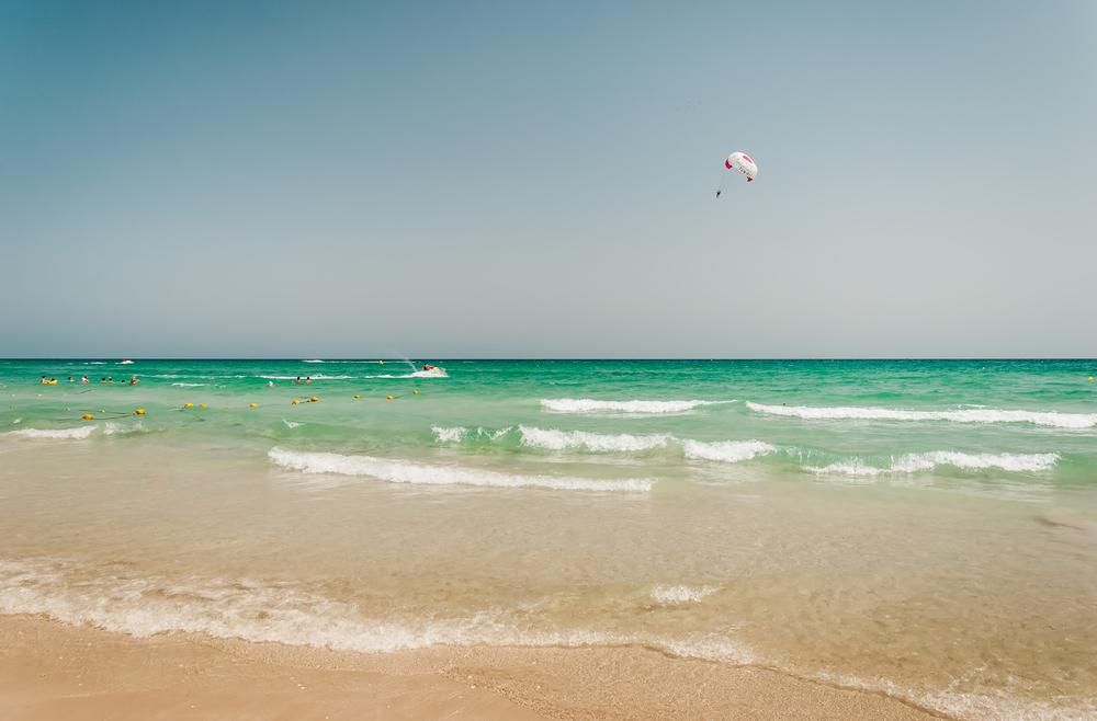 Парасейлинг на пляже. Махдия, Тунис.