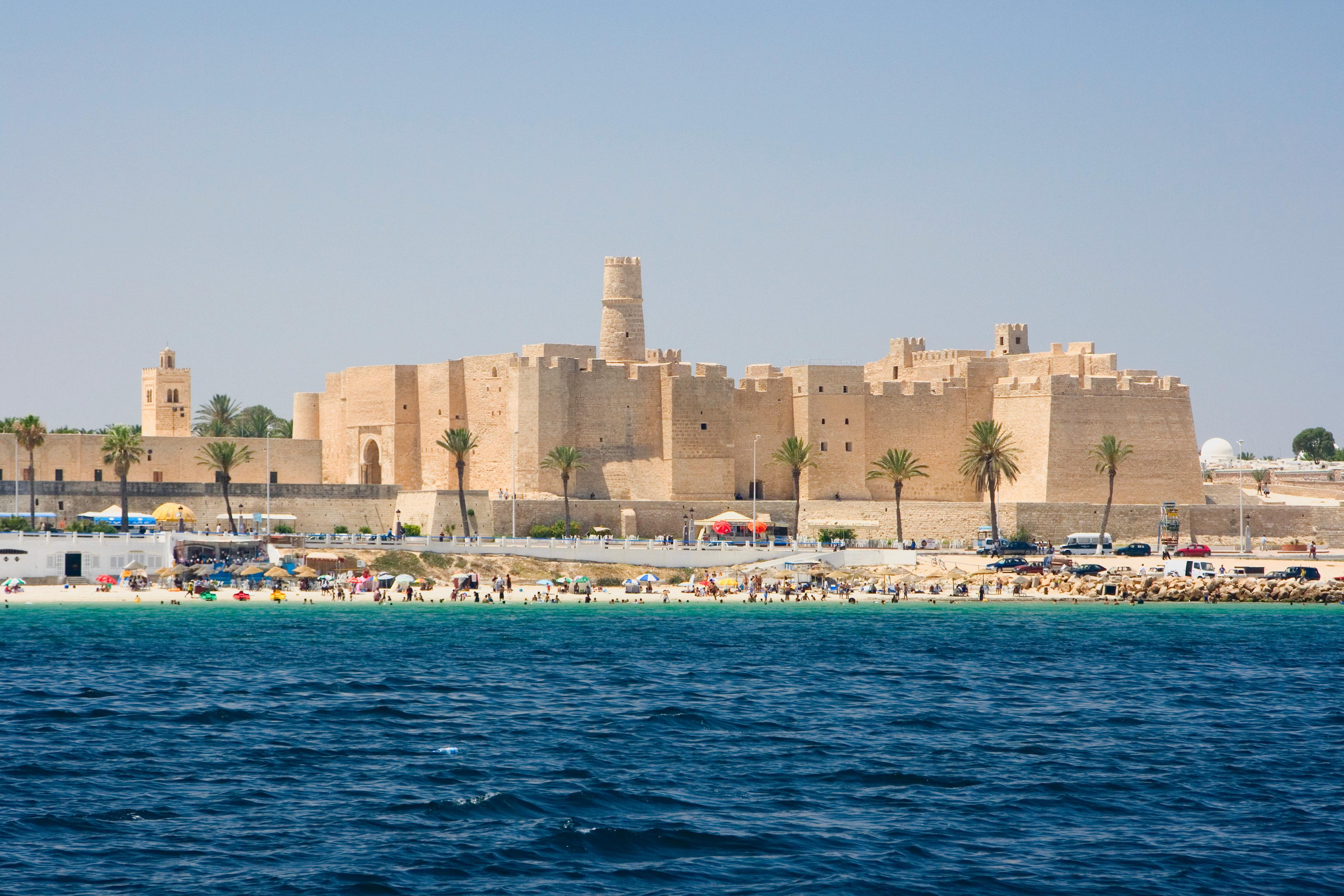 Вид с воды на Рибат Хартем, Монастир, Тунис.