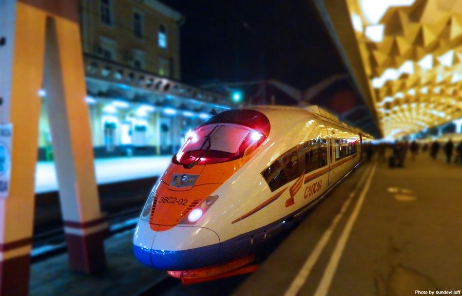 Поезд Сапсан стоит у перрона Московского вокзала в Санкт-Петербурге. Photo: sundeviljeff.