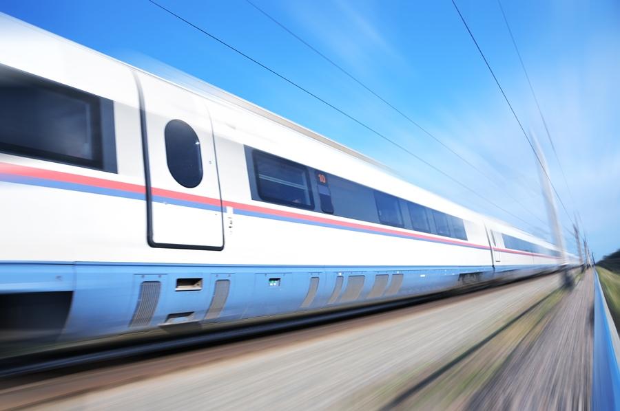 Вагон поезда Сапсан мчащийся на высокой скорости.