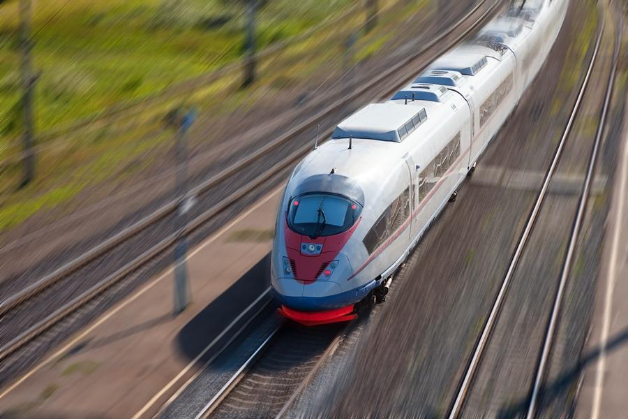 Поезд Сапсан направляется под мост