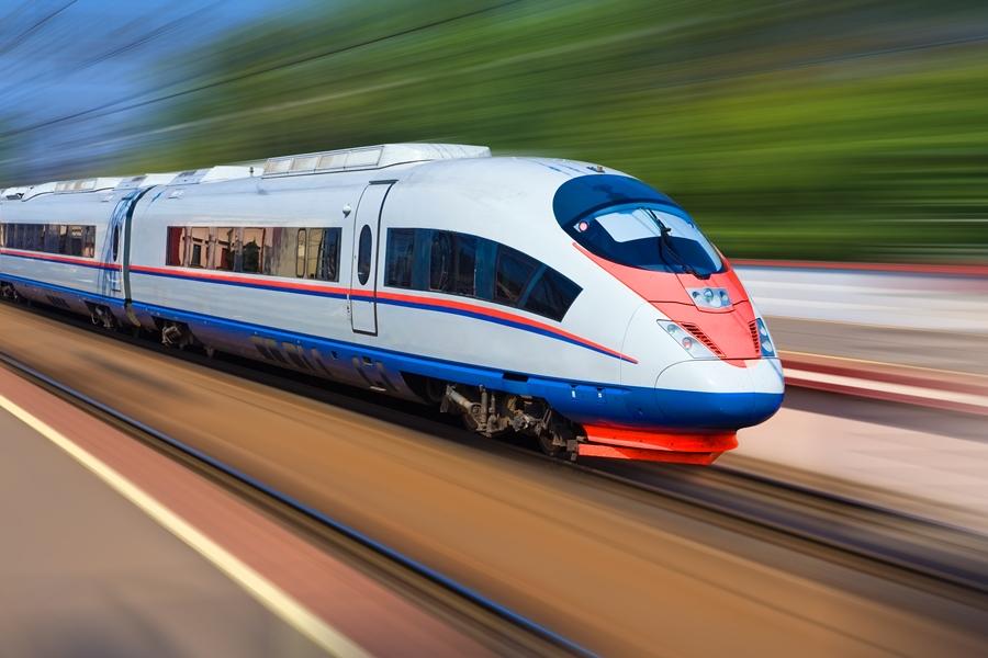 Поезд Сапсан проезжает мимо станции