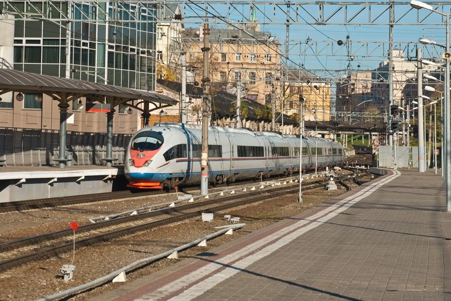 Поезд Сапсан прибывает на вокзал
